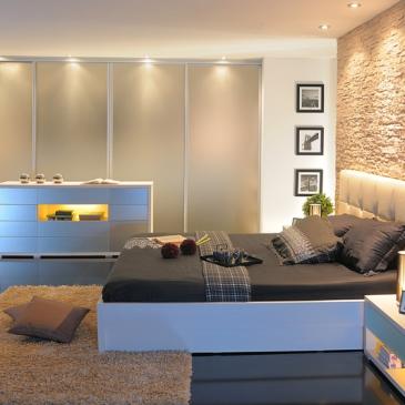 Moderna spalnica z garderobno sobo