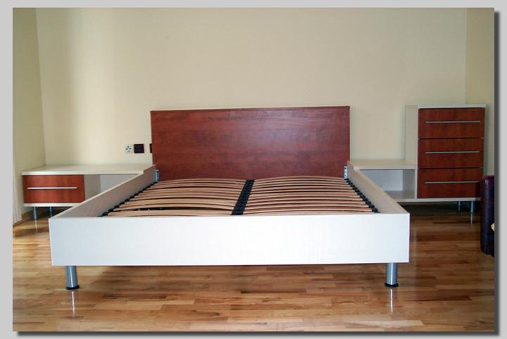 posteljni okvir z omaricami