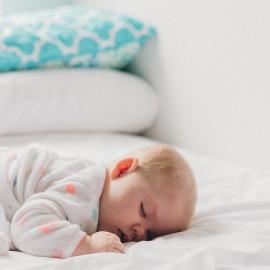 Ali naj dojenček spi v spalnici? Če da, do kdaj….