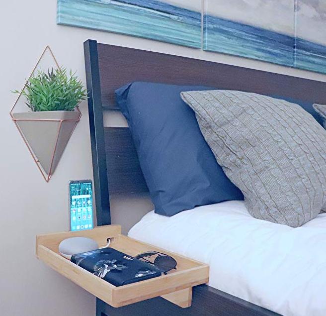 polička za telefon in mobilne naprave v spalnici